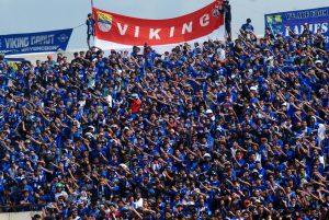 Ribuan suporter memberikan dukungan kepada tim Persib Bandung ketika menghadapi tim New Radiant SC pada laga perdana babak penyisihan Grup H Piala AFC 2015 di Stadion Si Jalak Harupat Soreang, Bandung, Jabar, Rabu (25/2). Tim tuan rumah Persib Bandung berhasil mengalahkan tim tamu New Radiant dengan skor akhir 4-1. ANTARA FOTO/Fahrul Jayadiputra/ss/mes/15